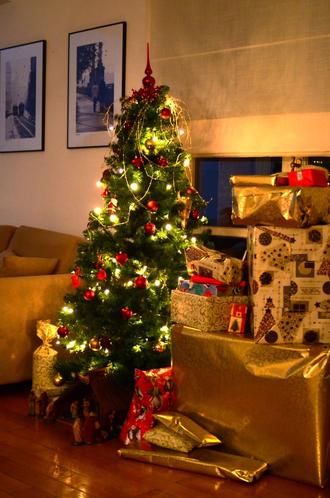 Фото домашних елок с подарками
